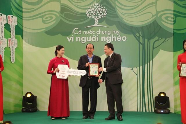 Phó Chủ tịch Trương Thị Ngọc Ánh tiếp nhận ủng hộ từ Công ty gốm sứ Minh Long.