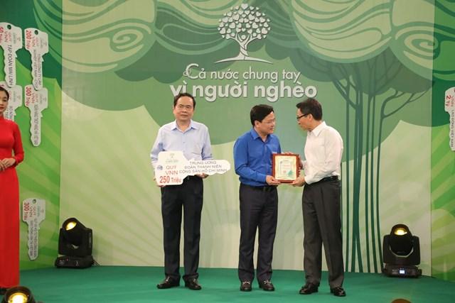 Chủ tịch Trần Thanh Mẫn và Phó Thủ tướng Vũ Đức Đam tiếp nhận ủng hộ từ Trung ương Đoàn.
