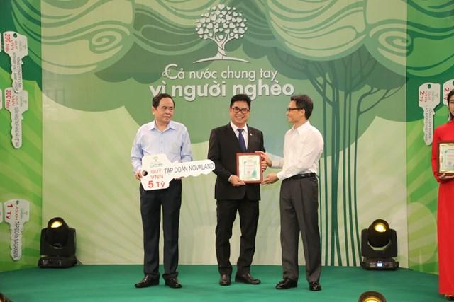 Chủ tịch Trần Thanh Mẫn và Phó Thủ tướng Vũ Đức Đam tiếp nhận ủng hộ từ Tập đoàn Novaland.