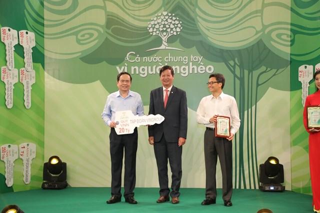 Chủ tịch Trần Thanh Mẫn và Phó Thủ tướng Vũ Đức Đam tiếp nhận ủng hộ từ Tập đoàn Vingroup.