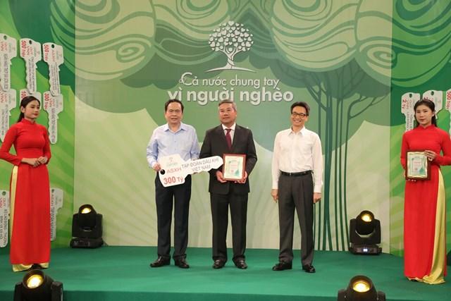 Chủ tịch Trần Thanh Mẫn và Phó Thủ tướng Vũ Đức Đam tiếp nhận ủng hộ từ Tập đoàn Dầu khí Việt Nam.