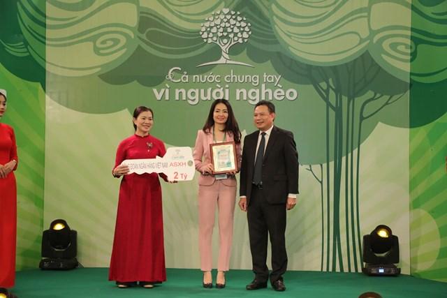 Phó Chủ tịch Trương Thị Ngọc Ánh tiếp nhận ủng hộ từ Công đoàn Ngân hàng Việt Nam.
