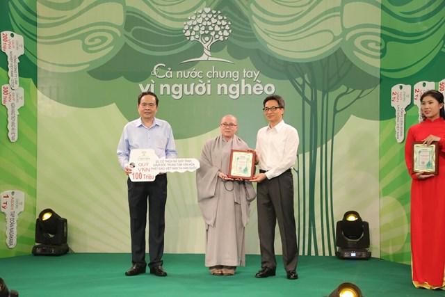 Chủ tịch Trần Thanh Mẫn và Phó Thủ tướng Vũ Đức Đam tiếp nhận ủng hộ từ SưcôThíchNữGiớiTánh, Giám đốc Trung tâm Văn hóa Phật giáo Việt Nam tại Hàn Quốc.
