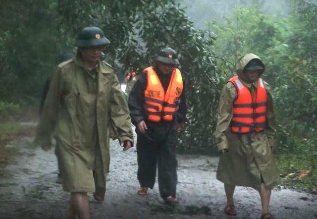 Đoàn cứu hộ tiến theo đường bộ vào thủy điện Rào Trăng 3, đi bộ gần 10km đường rừng từ chiều đến tối 12/10.