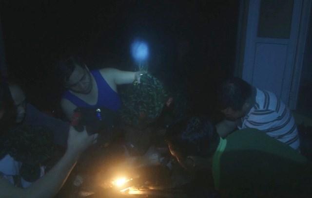Đoàn chong đèn và hong khô áo quần trong Trạm quản lý bảo vệ rừng 67.