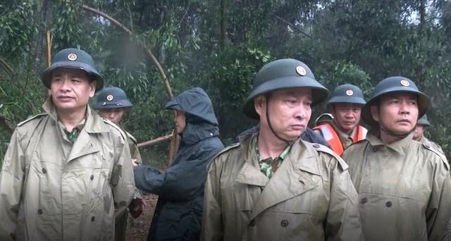 Thiếu tướng Nguyễn Văn Man, Phó Tư lệnh Quân khu 4 (giữa) dẫn đầu đoàn cứu hộ vào hiện trường.