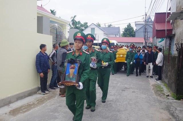 Đồng đội, người thân tiễn đưa người lính dũng cảm Đoàn Tiến Duy về nơi an nghỉ cuối cùng.