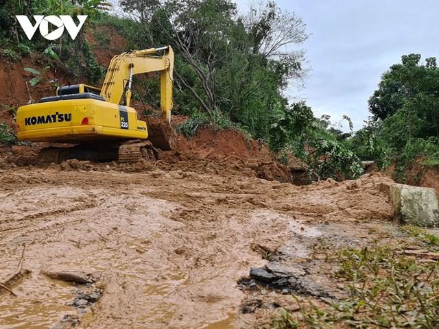 Lực lượng chức năng khẩn trương thu dọn, nhanh chóng thông điểm bị cắt đường do mưa lũ.