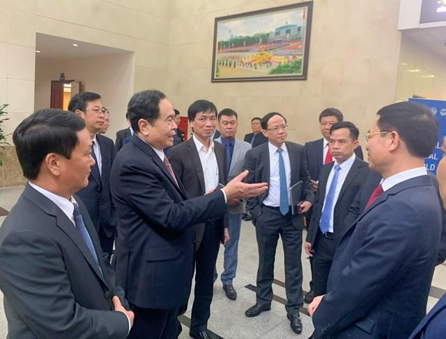 Chủ tịch Trần Thanh Mẫn trao đổi cùng Bộ trưởng Bộ TT& TT Nguyễn Mạnh Hùng. Ảnh: Quang Vinh.