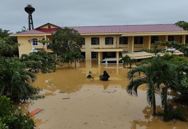 Bệnh viện Đa khoa huyện Lệ Thủy ngập trong nước lũ.