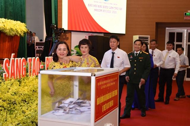 Các đại biểu dự Đại hội Đảng bộ tỉnh Quảng Ngãi lần thứ XX ủng hộ đồng bào lũ lụt.