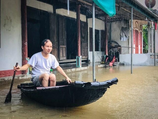 Người dân huyện Thạch Hà và Cẩm Xuyên, Hà Tĩnh đang sống trong biển nước.