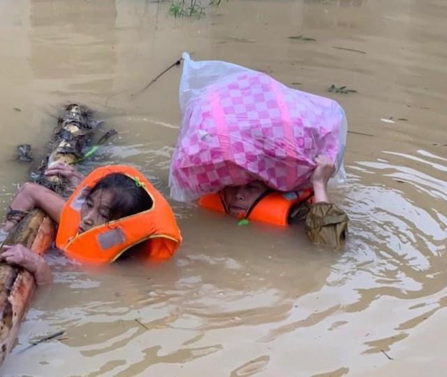 Người dân Quảng Bình chới với giữa dòng nước lũ.