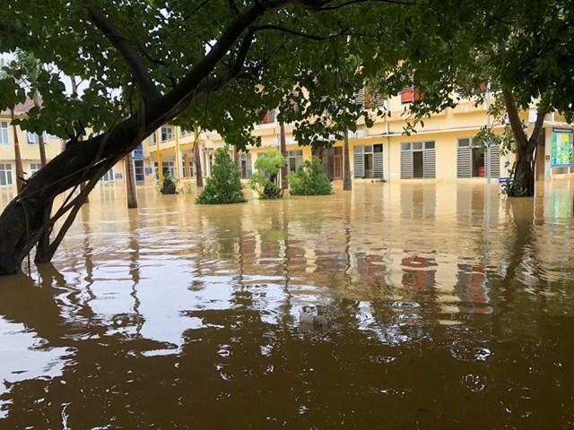 Bệnh viện Đa khoa huyện Quảng Ninh cũng bị ngập sâu.