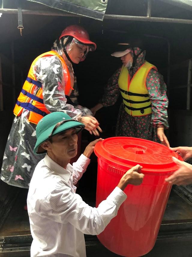 Ông Võ Văn Thông, Chủ tịch Ủy ban MTTQ Việt Nam xã Sơn Thủy, huyện Lệ Thủy vận chuyển hàng cứu trợ đến với người dân.