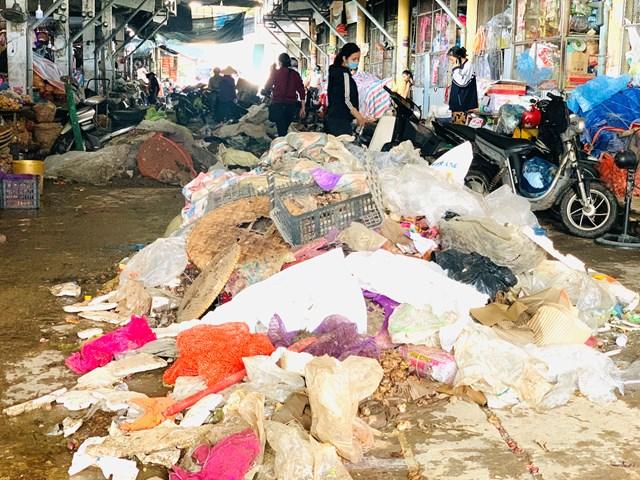 Rác thải chất đống khắp các khu vực chợ Thành phố Hà Tĩnh.