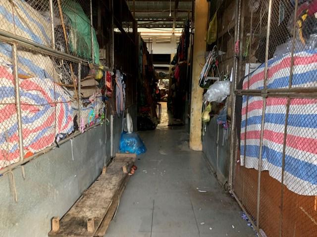 Hơn 90% kiot tại chợ Hà Tĩnh đều bị ảnh hưởng bởi trận lũ. Nhiều kiot bị ngập sâu trong nước hơn 1 m.