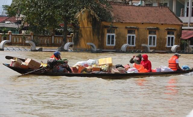 Các tổ chức thiện nguyện khắp cả nước chuyển hàng cứu trợ đến cho người dân vùng lũ tại huyện Lệ Thủy, tỉnh Quảng Bình. (Ảnh: TTXVN).