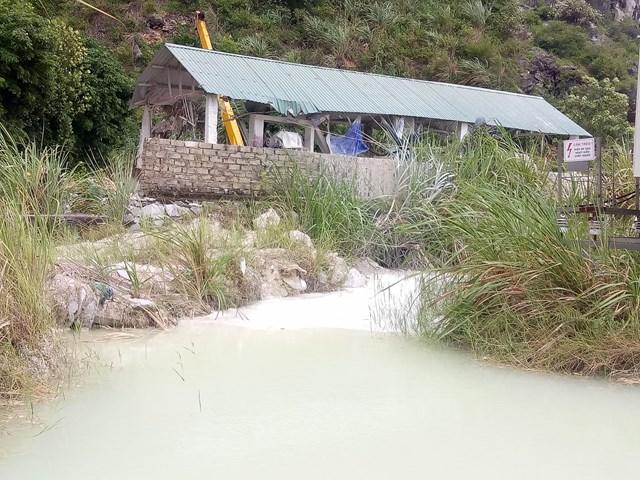 Quá trình sản xuất tại các xưởng đá này đang gây ô nhiễm môi trường nghiêm trọng.