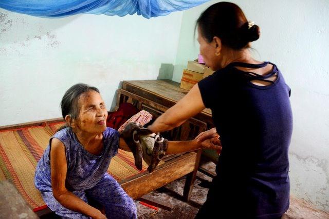 Người phụ nữ nhận cụ già bị mù về nuôi dưỡng như mẹ ruột