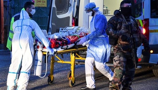 Dịch Covid-19: Số bệnh nhân mắc và phải nhập viện tại Anh và Pháp giảm