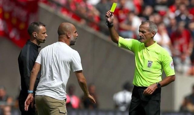 Pep Guardiola trở thành HLV đầu tiên nhận thẻ vàng ở Premier League