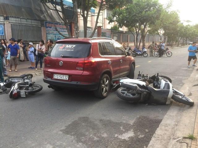 TP HCM: Người phụ nữ lái ô tô tông nhiều xe máy trước cổng trường tiểu học