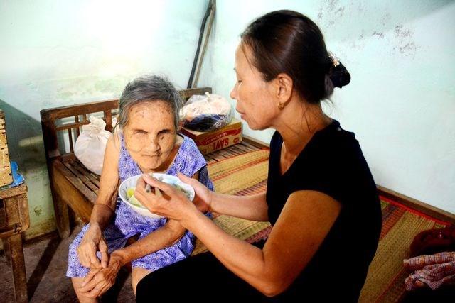Người phụ nữ nhận cụ già bị mù về nuôi dưỡng như mẹ ruột - 1