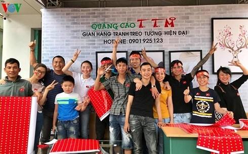 Phát cờ Tổ quốc miễn phí cho người hâm mộ U23 Việt Nam ở Gia Lai