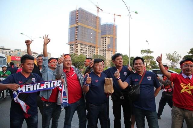 [ẢNH] Cổ động viên quá khích Thái Lan đốt pháo sáng trước giờ G - 11
