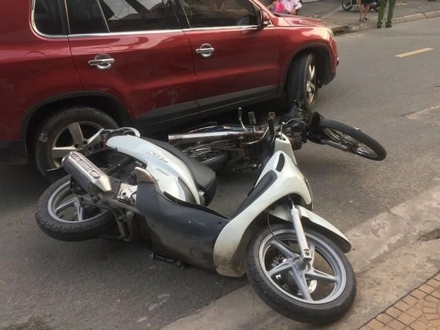 TP HCM: Người phụ nữ lái ô tô tông nhiều xe máy trước cổng trường tiểu học - 1