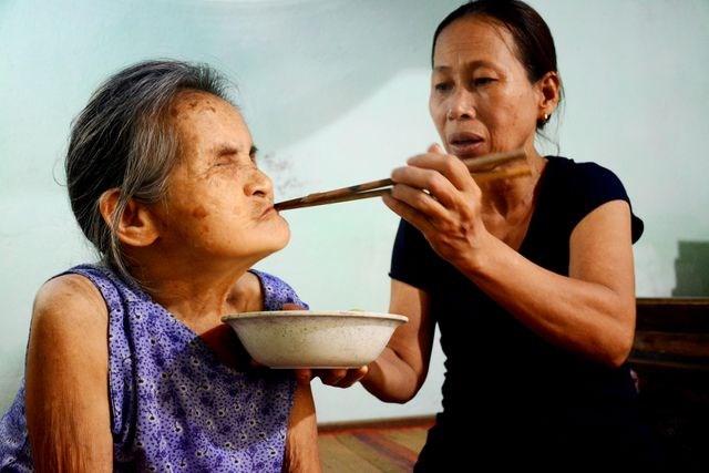Người phụ nữ nhận cụ già bị mù về nuôi dưỡng như mẹ ruột - 2