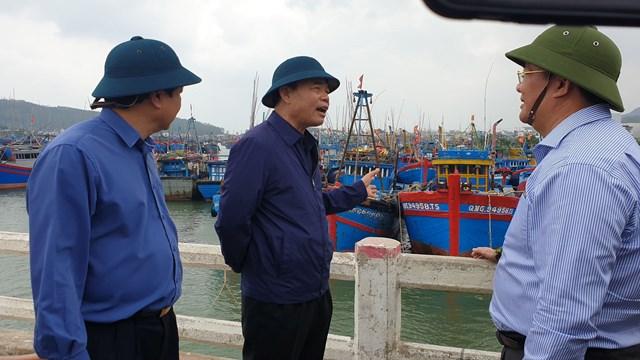 Bộ trưởng Nguyễn Xuân Cường thị sát các điểm tại Quảng Ngãi trước khi bão số 6 đổ bộ