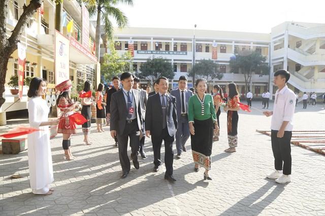 Phó Chủ tịch - Tổng Thư ký Hầu A Lềnh trao quà cho học sinh dân tộc nội trú tại Nghệ An