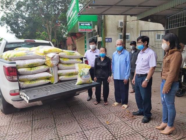 Hà Tĩnh: Hai hộ giáo dân ủng hộ 2,6 tấn gạo chống dịch Covid-19 - 1