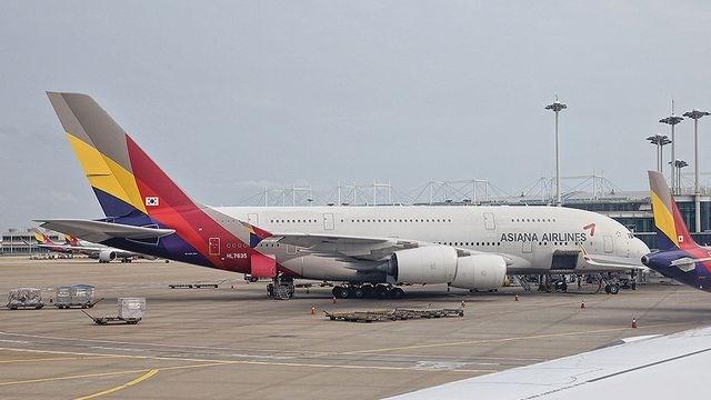 Hành khách hoảng hốt chứng kiến động cơ máy bay Hàn Quốc bốc cháy ngùn ngụt