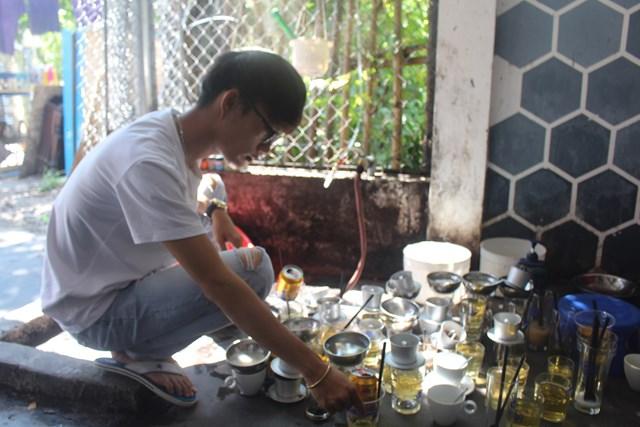 Sửa đường ống, nhiều hộ dân thiếu nước sinh hoạt