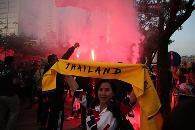 [ẢNH] Cổ động viên quá khích Thái Lan đốt pháo sáng trước giờ G - 7