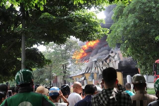 Hà Nội: Cháy lớn gần trung tâm thương mại Aeon Mall Long Biên - 2