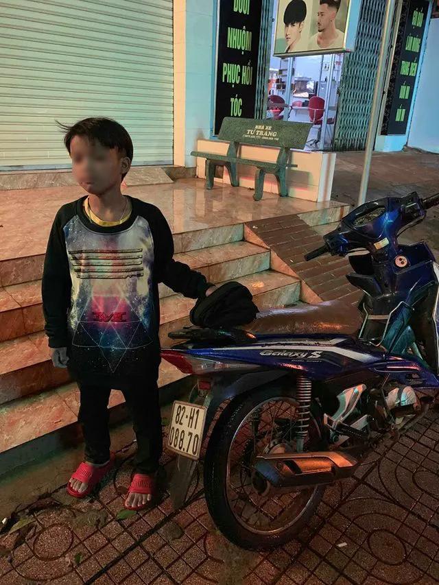 Đắk Lắk: Bé trai 13 tuổi sắp ngất xỉu sau khi tự lái xe máy đi gần 300 km