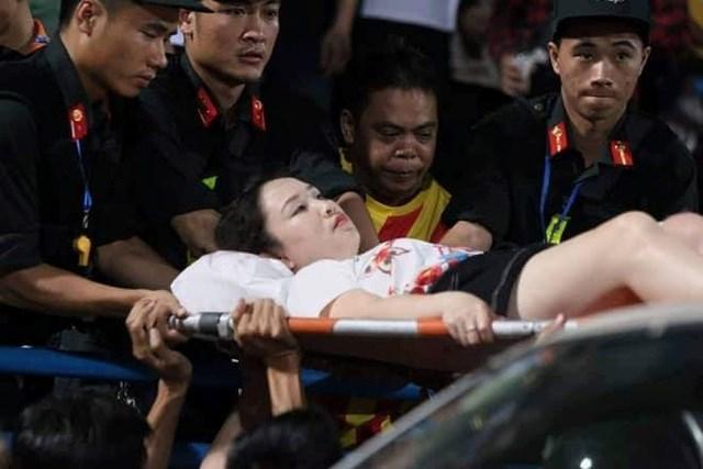 Công an điều tra vụ nữ cổ động viên trọng thương vì dính pháo sáng trên sân Hàng Đẫy - 1