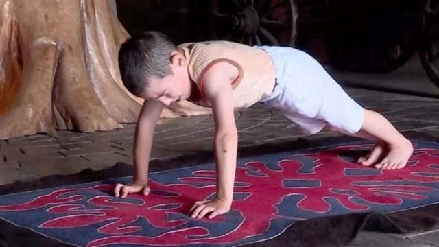 Cậu bé chống đẩy hơn 4.000 lần trong vòng 2 tiếng
