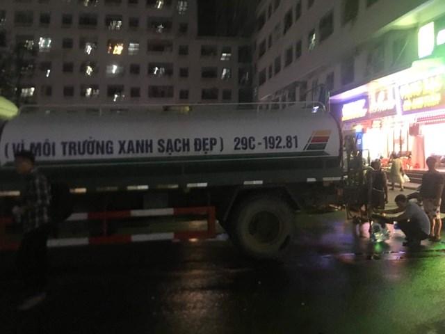 Nước sạch cấp cho người dân khu chung cư HH1C Linh Đàm tanh, đục do xe chở chưa bảo đảm vệ sinh