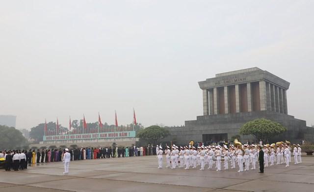Các đại biểu Quốc hội vào Lăng viếngChủ tịch Hồ Chí Minh - 8