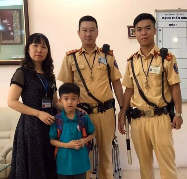 Cảnh sát Giao thông giúp bé học sinh lớp 1 bị lạc tìm về nhà