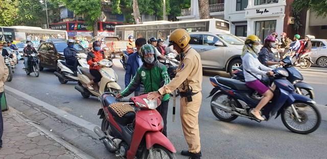 Hà Nội xử phạt hơn 800 người đi xe máy vượt đèn đỏ trên phố cổ