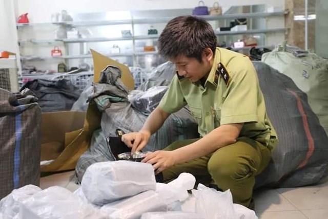 Hà Nội: Thu giữ hơn 1.000 sản phẩm giả nhãn hiệu Dior, Hermes, LV ở một cơ sở thôn quê