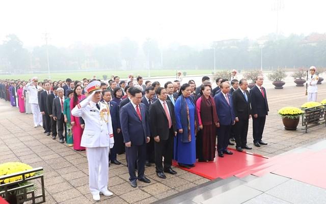 Các đại biểu Quốc hội vào Lăng viếngChủ tịch Hồ Chí Minh - 7