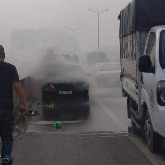 Hà Nội: Ô tô Mercedes bất ngờ bốc cháy, tài xế may mắn thoát chết