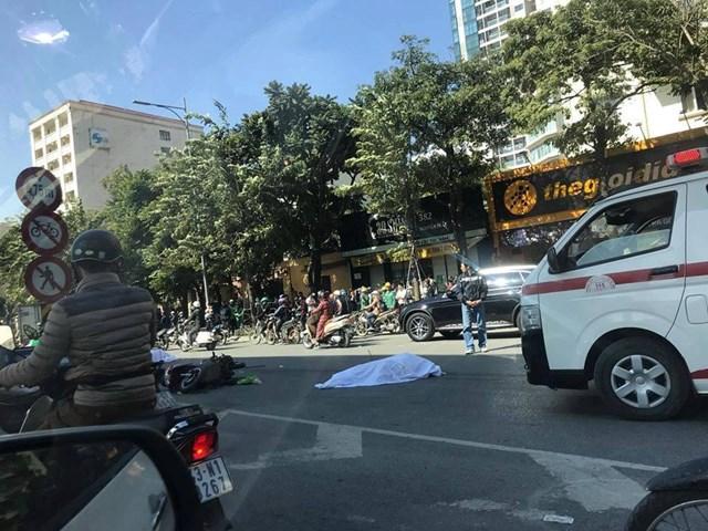Xe máy kẹp 3 'va chạm' với xe tải, 2 người tử vong - 1